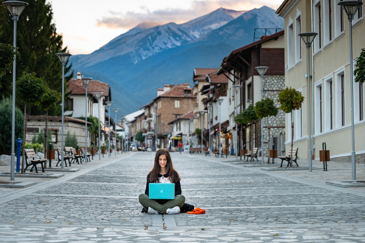 Best Side Hustle Ideas You Can Do While Traveling